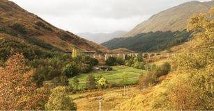 En berömd plats i den Glenfinnan viadukten Arkivfoto