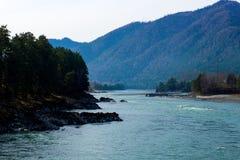 En bergflod Arkivfoto