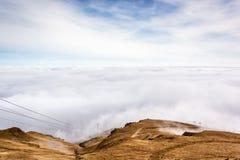 En bergplats med molnräkningen på en bergkulle Kabel ser Royaltyfria Bilder
