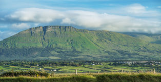 En bergsikt i Irland Arkivfoto