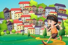 En bergstopp med en flicka som stöter ihop med byggnaderna Royaltyfri Foto