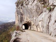 En bergväg och en kort tunnel, Montenegro Arkivfoton