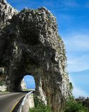 En bergväg och en kort tunnel, Montenegro Royaltyfri Bild