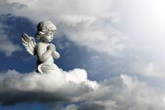 En beschermengel die knielen bidden Engelenbeschermer op de wolk royalty-vrije stock afbeeldingen