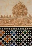 En beskåda av dekorativt keramiskt konstverk Arkivbild
