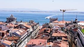 En beskådadel av staden Lisbon och den Tejo floden. Arkivfoton