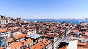 En beskådadel av staden Lisbon och den Tejo floden. Arkivbild