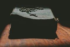 En bibelbok och kors Arkivbilder