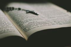 En bibelbok och kors Royaltyfri Bild