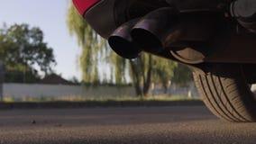 En bil av en röd färg av märket Audi arkivfilmer