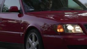 En bil av en röd färg av märket Audi lager videofilmer