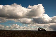 En bil 4x4 i av-väg rutt till och med inlandet av Island till och med grus- och stenvägar till och med spektakulära landskap arkivfoton