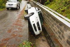 En bil i avloppsrännan efter ett parti i det karibiskt Arkivfoton