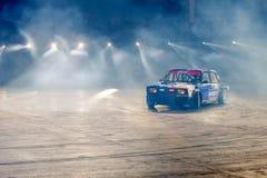 En bil i strålarna av ljus Arkivfoton
