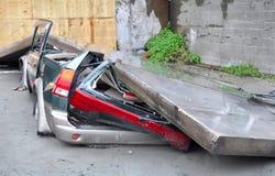 Bil som krossas i jordskalv. Fotografering för Bildbyråer