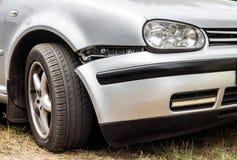 En bil med en bruten främre stötdämpare, skada royaltyfria foton