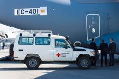 En bil med humanitära biståndet av det tyska Röda korset Arkivfoto