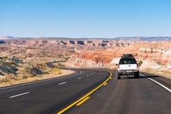 En bil på vägen i arizona royaltyfri fotografi