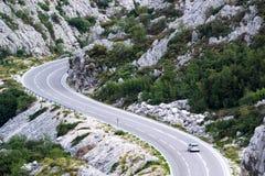 En bil på bergvägen Arkivbild