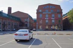 En bil som parkerar i affärsfjärdedelen Novospassky royaltyfri fotografi