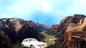 En bil som stoppas på bergslingan arkivfilmer