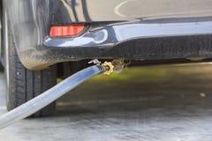 En bil tankar billiga priset LPG på bensinstationen Arkivbilder