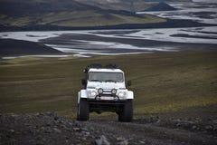 En bil tar en väg i öken för ö` s Fotografering för Bildbyråer