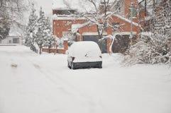 En bil under snön Arkivfoto