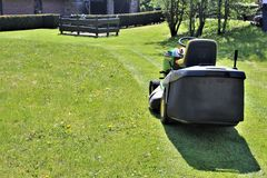 En bild a av att meja för gräsmatta Arkivbild
