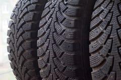 En bild av bilgummihjul i en linje Fotografering för Bildbyråer