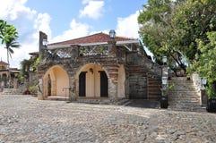 En bild av de gamla spanjorhusen med träWindows Royaltyfri Fotografi
