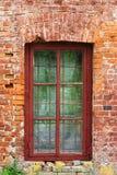En bild av det gamla fönstret på väggen för röd tegelsten royaltyfri fotografi