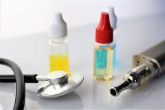 En bild av en e-cigarett med flytande- och kopieringsutrymme Royaltyfria Foton