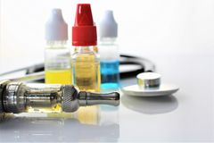 En bild av en e-cigarett med flytande- och kopieringsutrymme Royaltyfri Foto