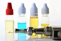 En bild av en e-cigarett med flytande- och kopieringsutrymme Royaltyfri Bild