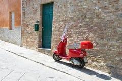 En bild av en typisk italiensk stadsgata i Tuscany Royaltyfri Bild