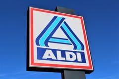 En bild av ett ALDI-supermarkettecken - logo - dålig Pyrmont/Tyskland - 07/17/2017 Royaltyfria Bilder