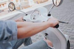 En bild av händer för man` s på hjulet för motorcykel` s Händer är starka Grabben sitter på motorcykeln Royaltyfri Fotografi