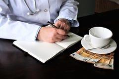 En bild av en handstildoktor med stetoskopet Royaltyfri Bild