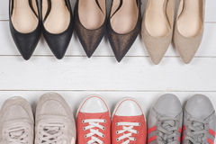 En bild av olika skor, skott av flera typer av skor, flera designer av kvinnaskor Lädersko, sportsko Hög av v Royaltyfri Fotografi