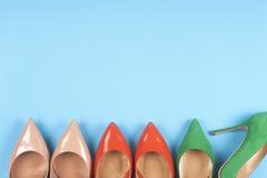 En bild av olika skor, skott av flera typer av skor, flera designer av kvinnaskor piska skon Hög av olikt femal Arkivbilder