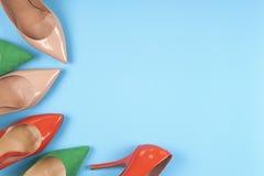 En bild av olika skor, skott av flera typer av skor, flera designer av kvinnaskor piska skon Hög av olikt femal Royaltyfria Foton