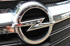 En bild av en Opel logo - Bielefeld/Tyskland - 07/23/2017 Royaltyfria Foton