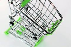 En bild av en shoppingvagn med skugga Arkivfoton