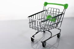 En bild av en shoppingvagn med skugga Fotografering för Bildbyråer