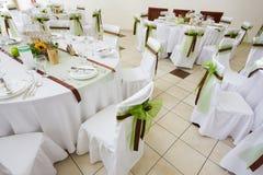 En bild av tabeller som ställer in på en lyxig bröllopkorridor Royaltyfri Fotografi