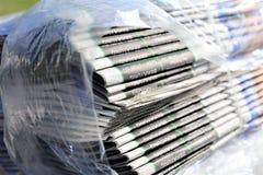 En bild av en tidning i en folieretour = tillbaka Arkivfoton