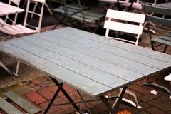 En bild av en tom tabell med stolar arkivfoton