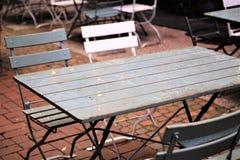 En bild av en tom tabell med stolar Arkivfoto