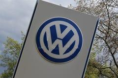 En bild av en volkswagen logo - VW - Lemgo/Tyskland - 2017 April 29 royaltyfria foton
